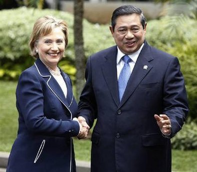 Secretary Clinton meets with Indonesian President Susilo Bambang at the Presidential Palace in Jakarta.