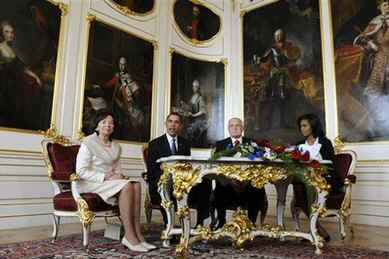 The US and Czech First Ladies joined their husbands after they met in the Prague Castle on April 5, 2009.