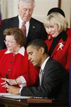 US Presidents have a higher than average tendency to be left-handed. US President Barack Obama signs several documents including his first executive orders and bills using his left hand. Photo: President Obama signs his first bill as President, The Lilly Ledbetter Fair Pay Act, on January 29, 2009 using his left hand.