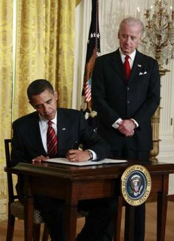 US Presidents have a higher than average tendency to be left-handed. US President Barack Obama signs several documents including his first executive orders and bills using his left hand. Photo: President Obama signs the Working Families Task Force executive order on January 30, 2009 using his left hand.