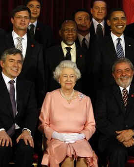 The G20 leaders had a group photo taken with Queen Elizabeth at Buckingham Palace.
