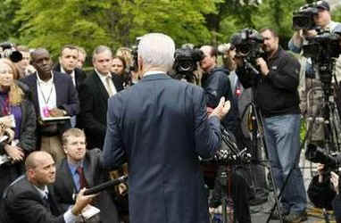 After the meeting President Peres talks to reporters assembled outside the West Wing of the White House.