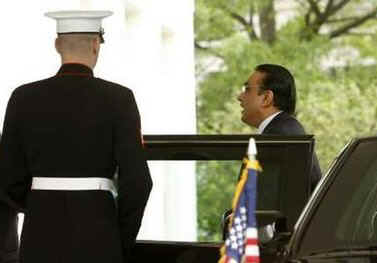Pakistan's President Asif Ali Zardari arrives for meetings in the Cabinet Room of the White House on May 6, 2009.
